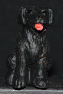 chien noir assis 6 cm de face